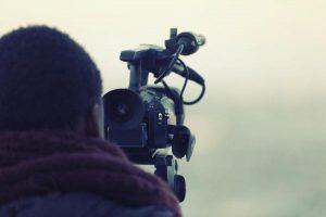 Kamerzysta zajmujący się produkcjami filmowymi promującymi firmy