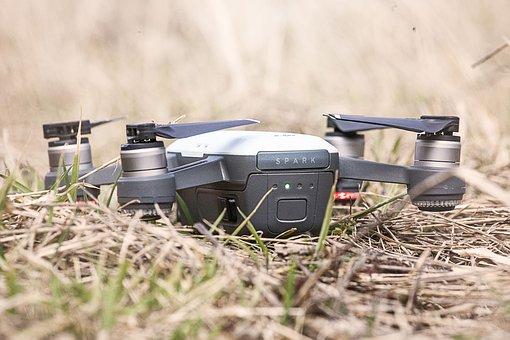 Praca przy filmowaniu dronem