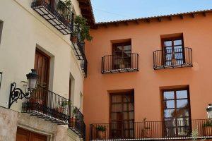 Artystyczna obróbka balkonu u sąsiadki