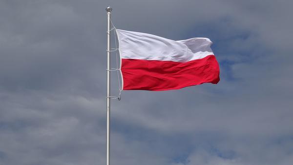 Flaga powiewająca na maszcie