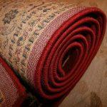 Położenie chodnika dywanowego w recepcji