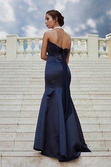 klasyczna długa czarna sukienka
